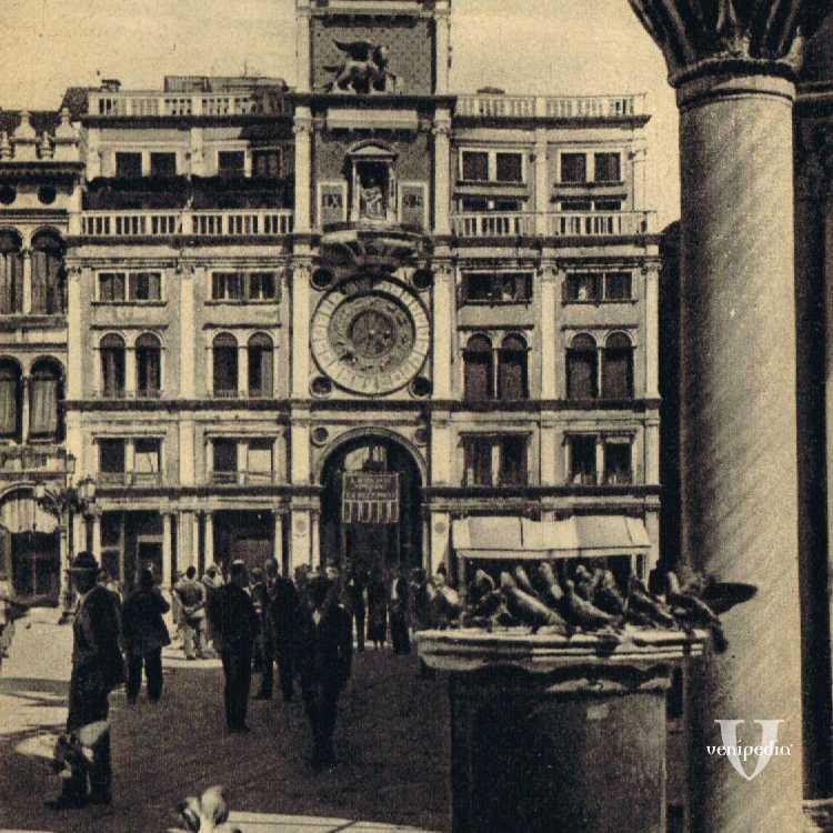 La Torre dell'Orologio e Piazza San Marco invasa dai piccioni.