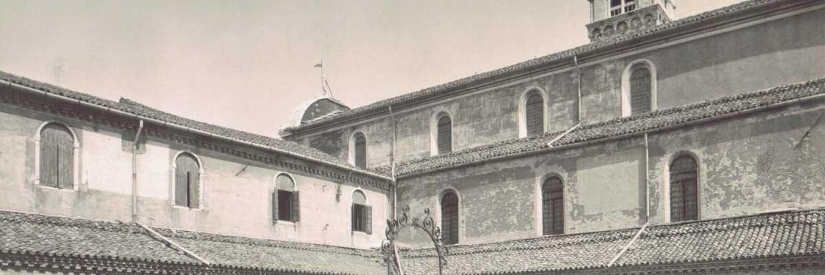 Il chiostro interno dell'Isola di San Michele.