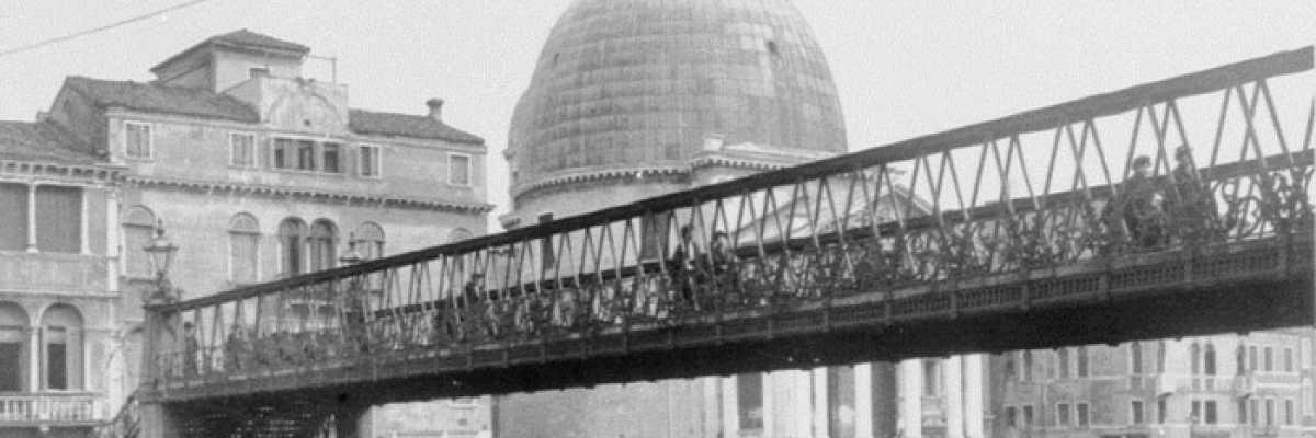 Il ponte di ferro davanti alla stazione ferroviaria, costruito dagli austriaci nel 1858.