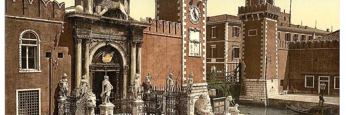 Immagine a colori dell'entrata all'Arsenale, il grande cantiere navale dove le barche venivano costruite e riparate (Library of Congress - Detroit Publishing Company).