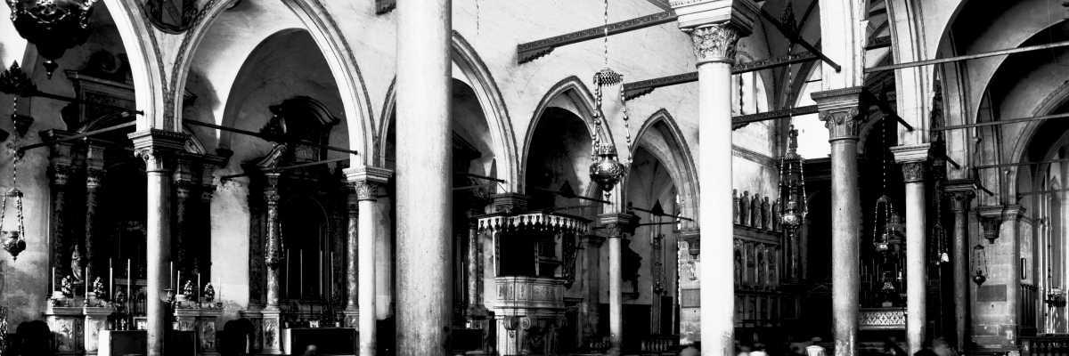 L'interno della Chiesa di Santo Stefano raffigurante due persone intente a pregare (Brooklyn Museum).