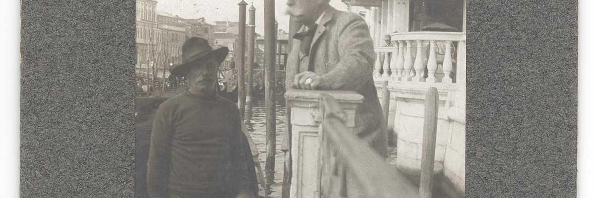 Francis Hopkinson Smith mentre si appresta a montare su una gondola lungo il Canal Grande (Smithsonian Institution).