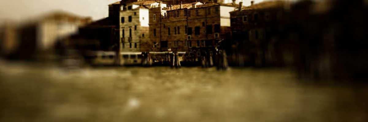 More veneto, veduta anticata di laguna e fondamenta veneziana.