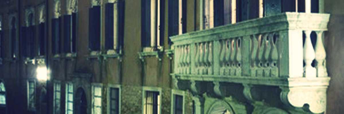 Immagine notturna di Palazzo Querini Stampalia.