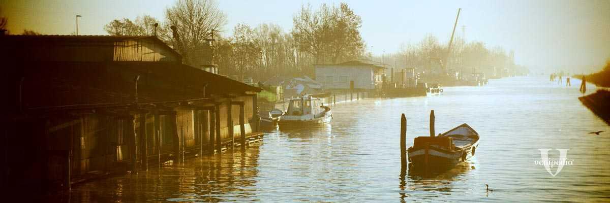 Veduta su barca e canale nei pressi di San Giuliano.