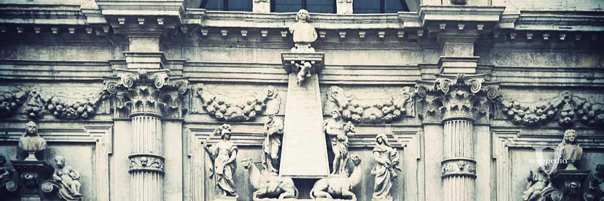 Il busto del patrizio Vincenzo Fini, posizionato nella parte centrale della facciata, in cima ad un obelisco sorretto da cammelli.