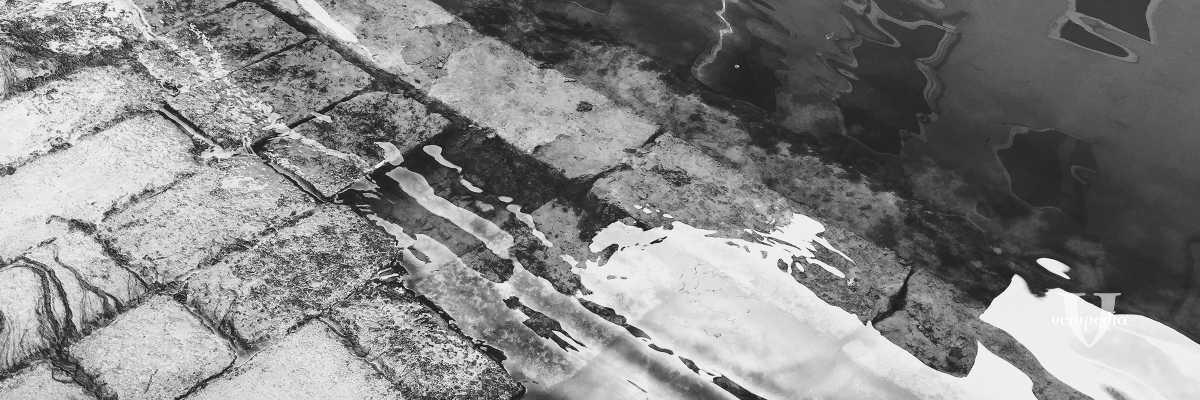 Tratto di riva bagnato dall'acqua alta. — (Archivio Venipedia/Bazzmann)