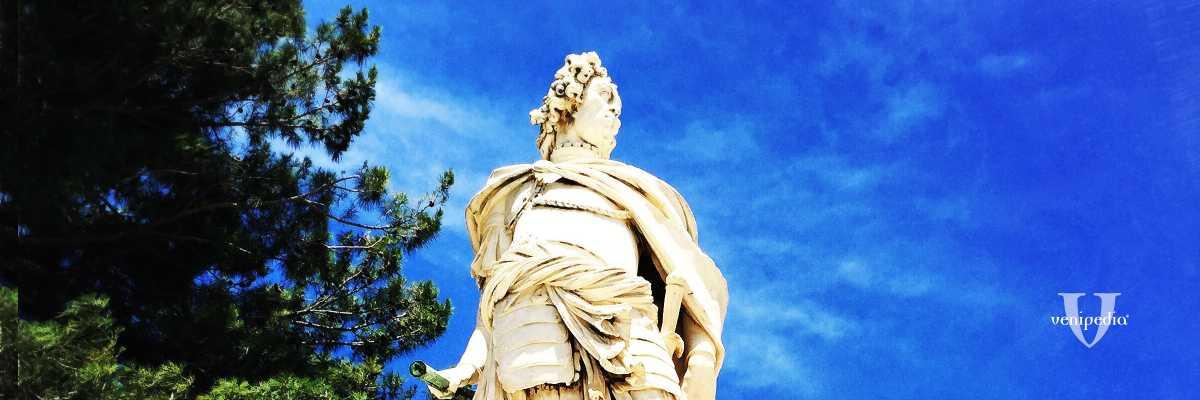 La statua di Antonio Corradini posizionata davanti all'entrata della Fortezza Vecchia di Corfù, raffigurante il condottiero Schulenburg. — (Archivio Venipedia/Bazzmann)
