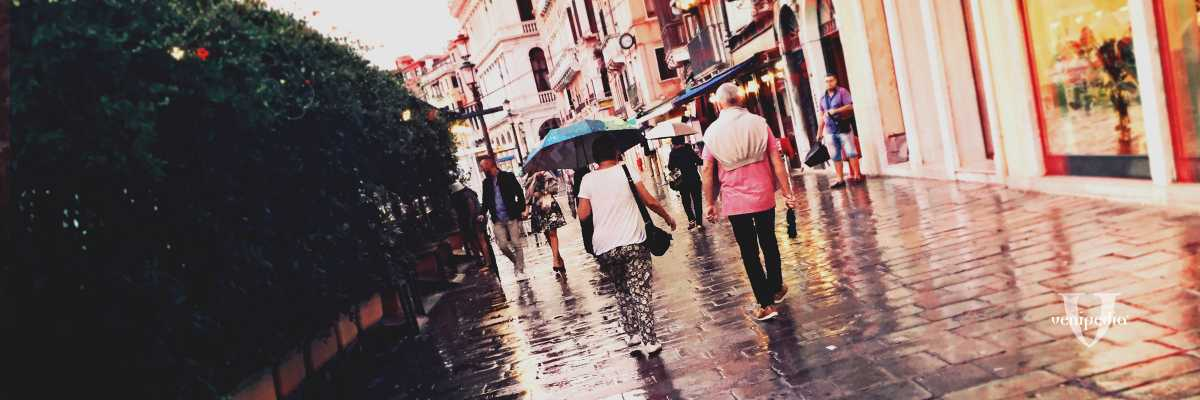Quotidianità a Rialto durante giornate di pioggia. — (Archivio Venipedia/Bazzmann)