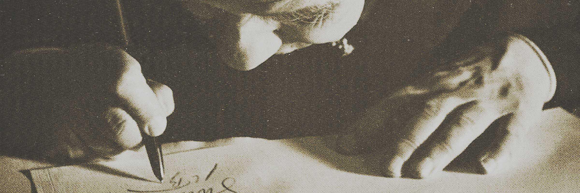 Borges intento a scrivere.