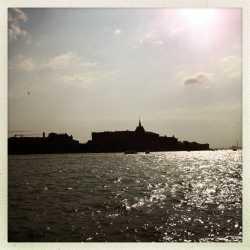 Il Molino Stucky visto dalla riva delle Zattere, come silhouette di sfondo.