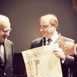 Fabrizio Tamburini mostra l'attestato di riconoscimento, insieme al sindaco di Venezia, Giorgio Orsoni.