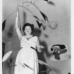 Peggy Guggenheim a Palazzo Venier dei Leoni con Alexander Calder, Arco di petali (1941, PGC), Venezia, primi anni '50.