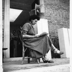 Peggy Guggenheim davanti al padiglione greco della XXIV Biennale di Venezia, dove espose la sua collezione, 1948.