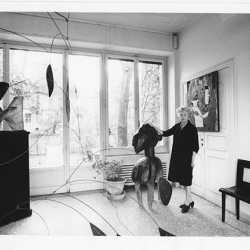 Peggy Guggenheim nella sala d'ingresso di Palazzo Venier dei Leoni accanto a una Maschera Yoka (Nimba) della sua collezione di sculture africane, Venezia, anni '60.