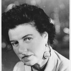 Peggy Guggenheim con gli orecchini realizzati per lei da Yves Tanguy; anni '50.