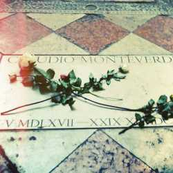 """Tomba di Claudio Monteverdi a Venezia nella """"Basilica di Santa Maria Gloriosa dei Frari"""" — (via Wikimedia Commons — LupoCapra)."""