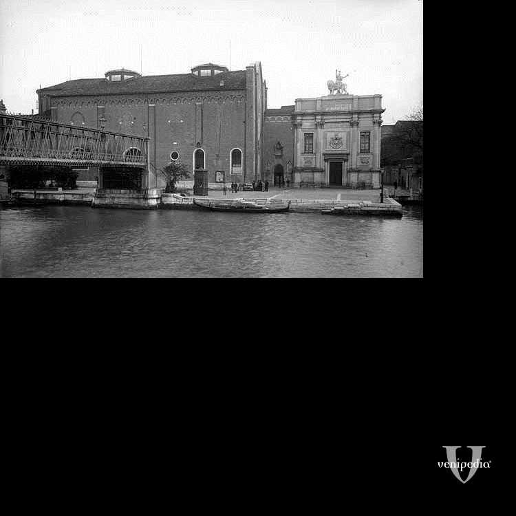 Il ponte dell'Accademia e l'ex. complesso della Carità, oggi sede delle Gallerie dell'Accademia.