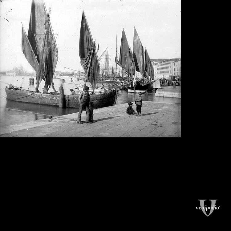 Immagine di antiche barche a vela, significativa per una città marinara come Venezia.