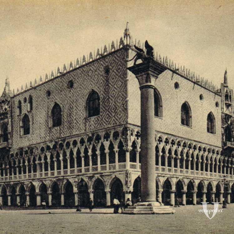 Palazzo Ducale in tutta la sua bellezza con davanti la colonna del leone di San Marco.
