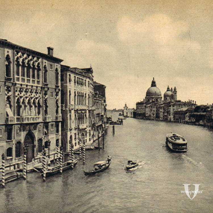 Palazzo Franchetti affacciato al Canal Grande e in fondo la Basilica di Santa Maria della Salute e la Punta della Dogana.