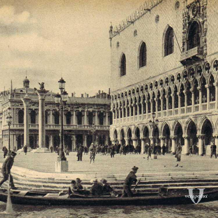 Il molo di San Marco con visione dall'acqua verso il bacino omonimo.