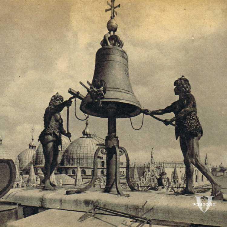I mori della Torre dell'Orologio che ogni giorno scandiscono il tempo a piazza San Marco.
