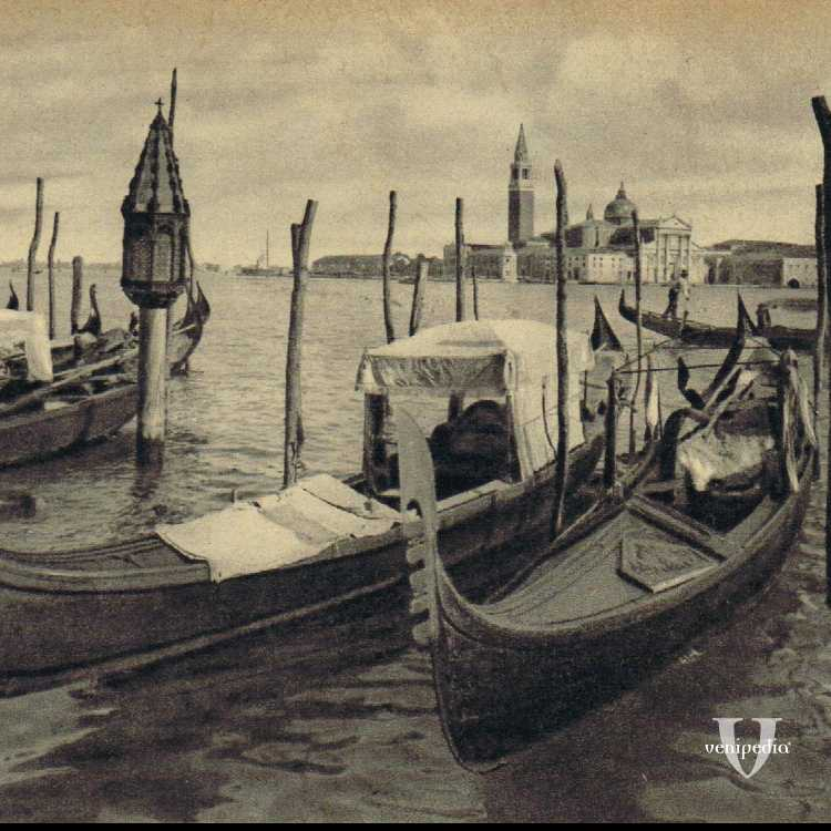 Gondole in primo piano con, nello sfondo, l'isola di San Giorgio.