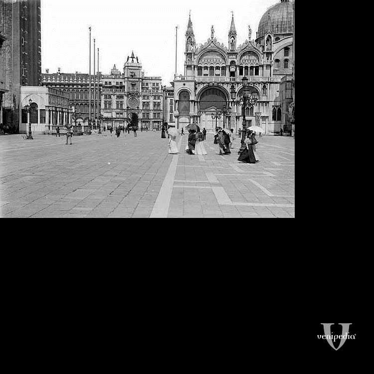 Piazza San Marco con la Torre dell'Orologio davanti, la Basilica a destra e il Campanile a sinistra.
