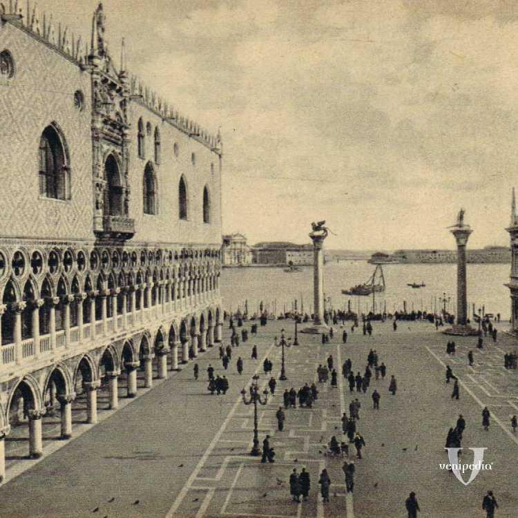 Piazzetta San Marco con Palazzo Ducale nella sinistra e l'entrata della Biblioteca Nazionale Marciana sulla destra.