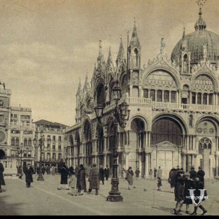 La Basilica di San Marco in primo piano con, nello sfondo, la Torre dell'Orologio.