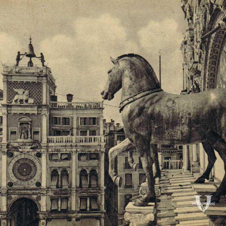 Torre dell'orologio con in primo piano i cavalli in bronzo.