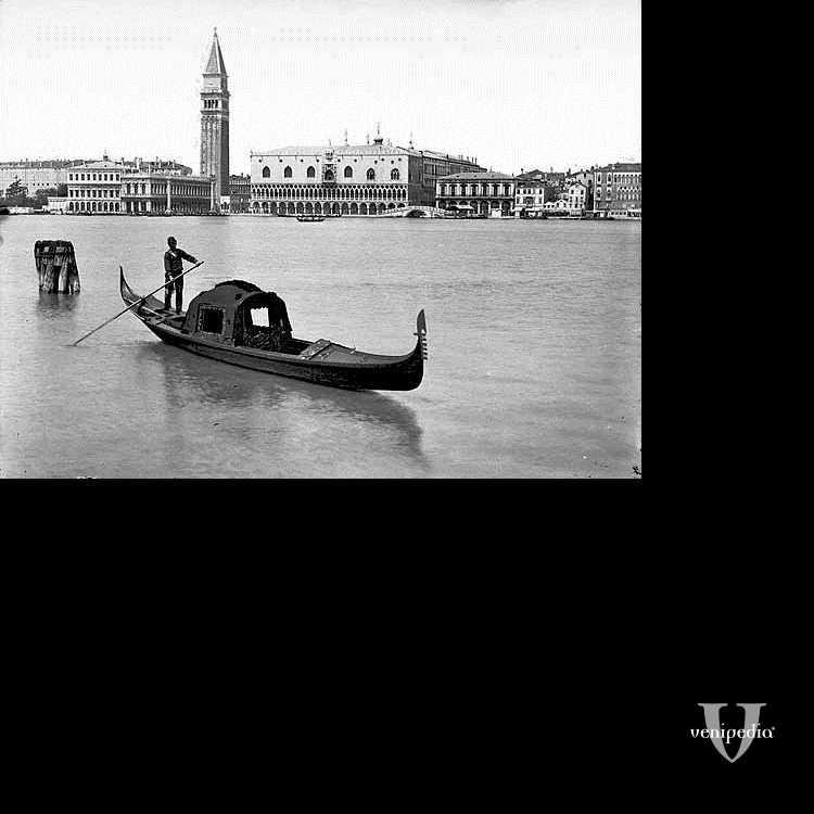 Una solitaria e malinconica gondola davanti al bacino di San Marco.