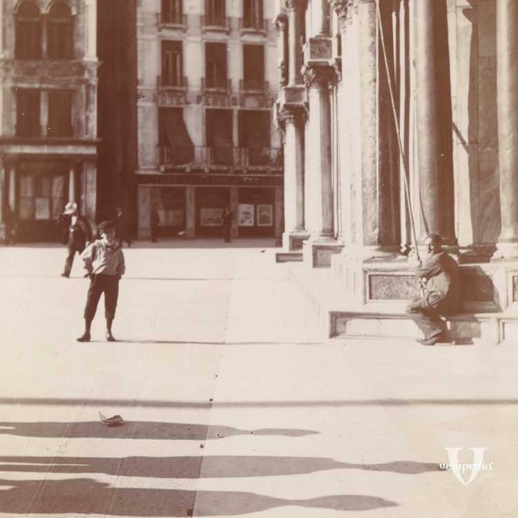 Un particolare della Basilica di San Marco raffigurante con giovane sulla destra e una persona anziana seduta sui gradini (Brooklyn Museum).