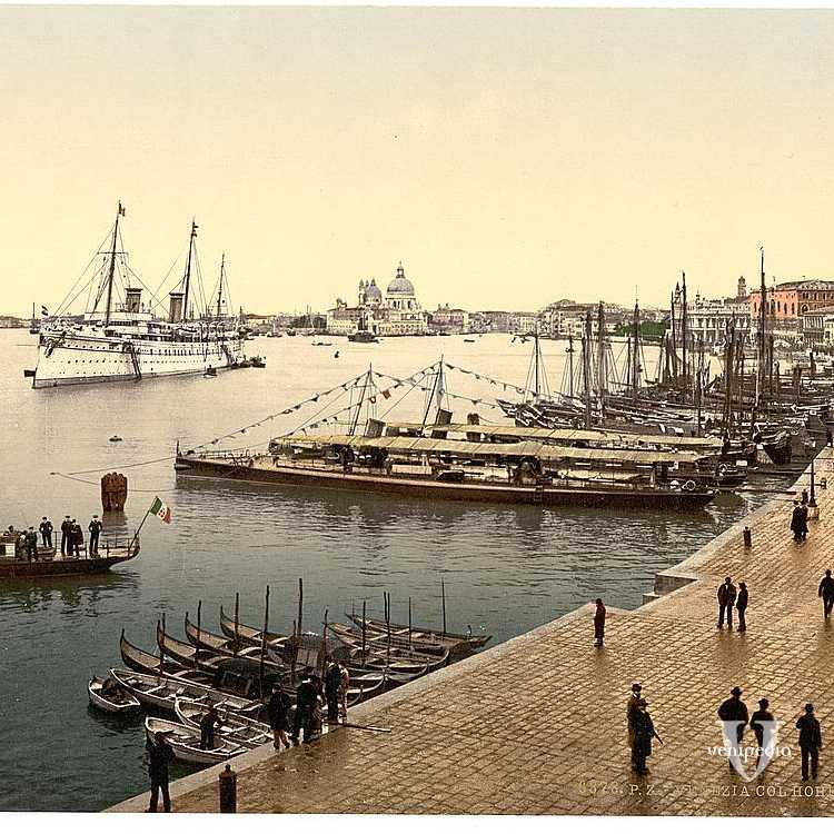Imbarcazioni di varie dimensioni attraccate lungo Riva degli Schiavoni e numerose persone in passeggiata verso il centro della città (Library of Congress - Detroit Publishing Company).
