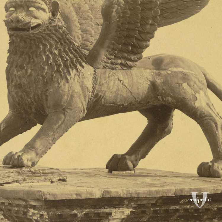 Primo piano del simbolo di Venezia, il leone di San Marco, nella piazza omonima (Cornell University Library).