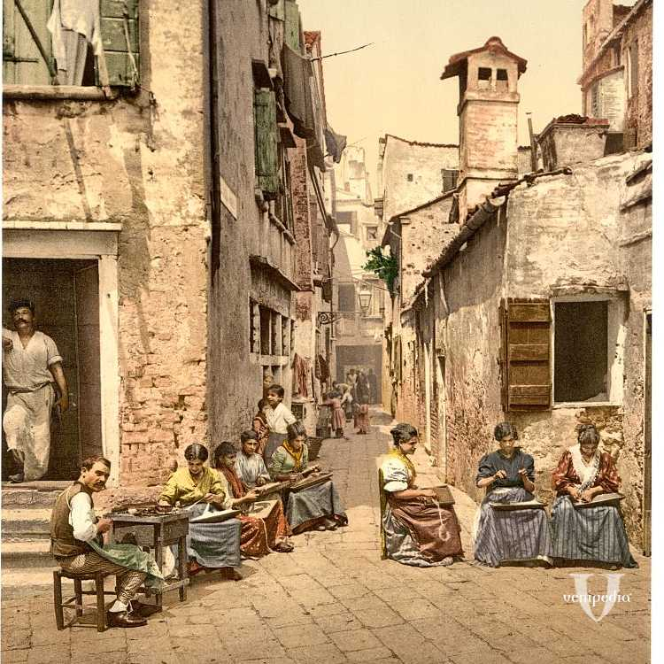 Donne intente a filare in Calle dell'Angelo (Library of Congress - Detroit Publishing Company).