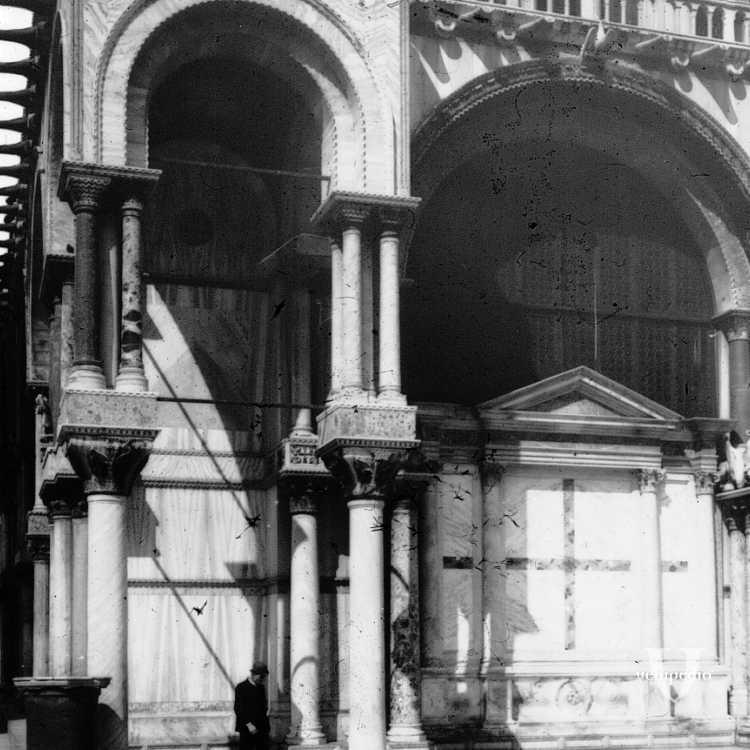Le colonne che sostengono gli archi a tutto tondo all'esterno della basilica di San Marco (Brooklyn Museum).
