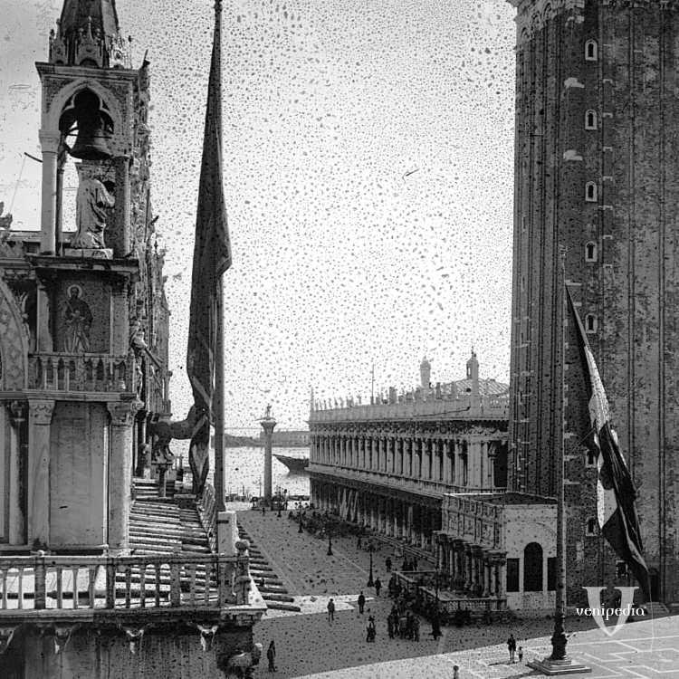 La piazzetta di San Marco: lato destro della Basilica marciana, la Biblioteca Nazionale Marciana e il Campanile. In fondo, si intravede la colonna di San Todaro (Brooklyn Museum).
