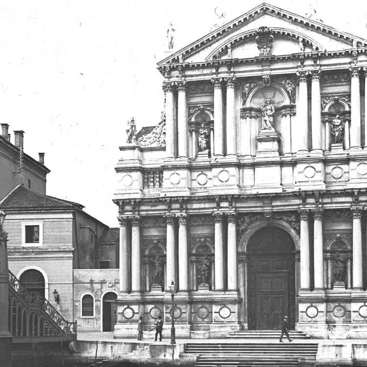 La facciata della Chiesa di Santa Maria di Nazareth; è visibile l'antico ponte degli Scalzi in ghisa sostituito dall'attuale in pietra nel 1932 (Brooklyn Museum).