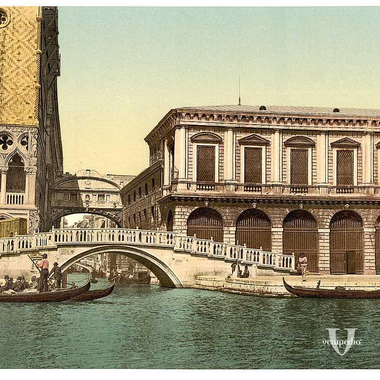 Il famoso ponte dei Sospiri visto da un'imbarcazione, con ai lati Palazzo Ducale e le Prigioni (Library of Congress - Detroit Publishing Company).
