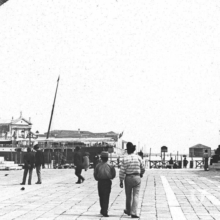 Immaginiamo di avere piazza San Marco alle spalle e di soffermarci a guardare il bacino acqueo: ecco le colonne di San Marco e di San Todaro, ovvero San Teodoro, che costituivano la porta d'ingresso alla città dalla laguna (Brooklyn Museum).