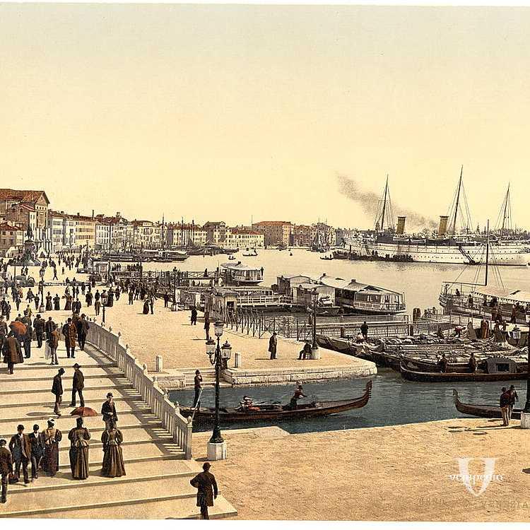 Vista su Riva degli Schiavoni affollata di persone, così come la laguna affollata di imbarcazioni (Library of Congress - Detroit Publishing Company).
