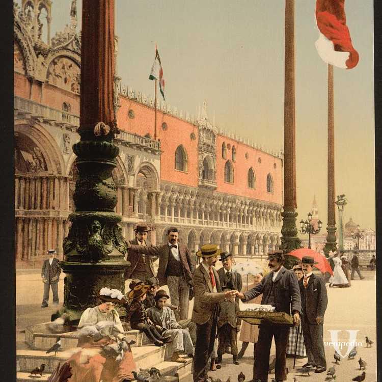 Un venditore di cibo per piccioni in piazzetta San Marco circondato da acquirenti e nello sfondo Palazzo Ducale (Library of Congress - Detroit Publishing Company).