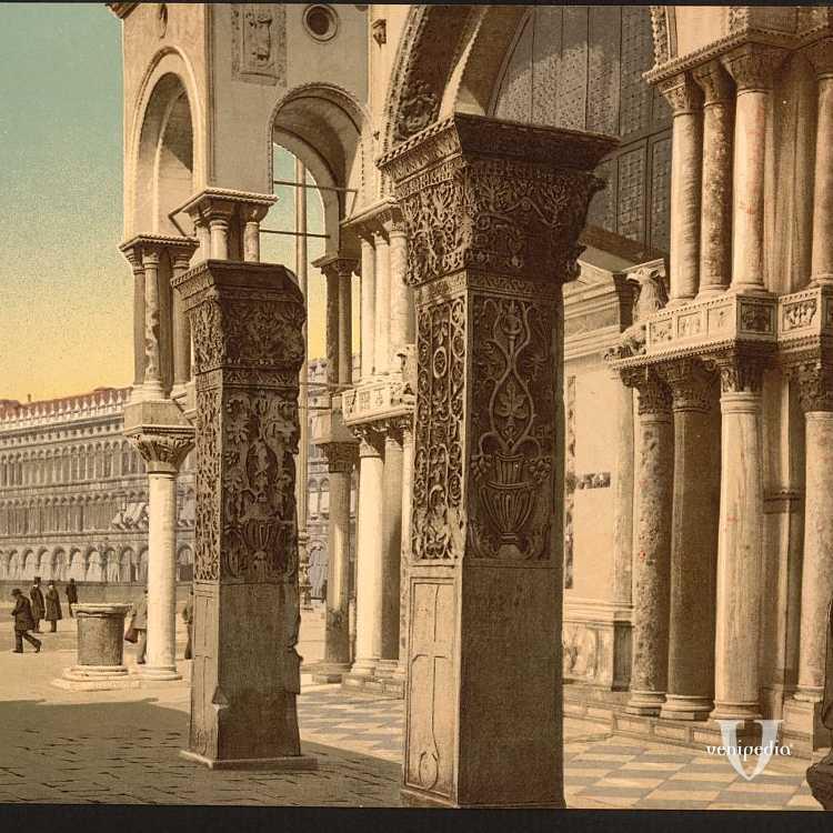 Colonne poste a fianco della Basilica di San Marco e sul margine destro è visibile il Monumento ai Tetrarchi in porfido (Library of Congress - Detroit Publishing Company).