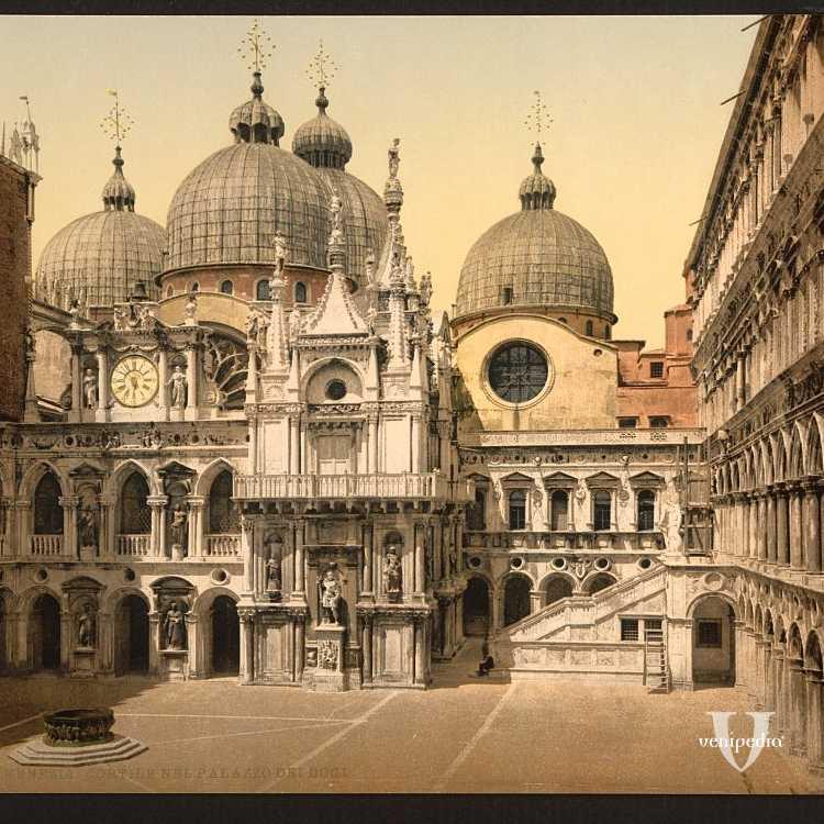 Le imponenti cupole della basilica marciana fotografate dal cortile interno di Palazzo Ducale (Library of Congress - Detroit Publishing Company),