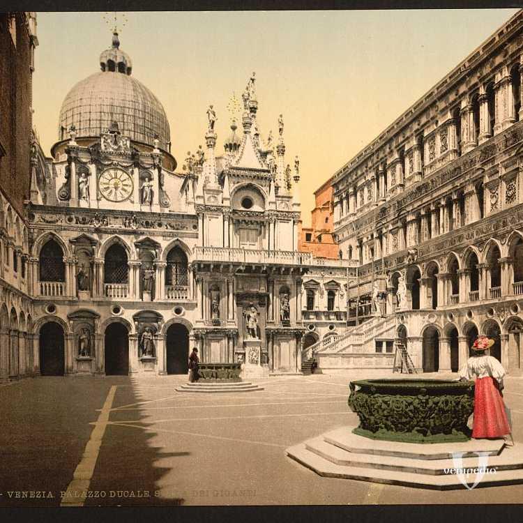 Il cortile interno di Palazzo Ducale;sulla destra si può vedere la Scala dei Giganti e centralmente due ampie vere da pozzo. In una, è appoggiata una fanciulla con cangiante sottana rossa (Library of Congress - Detroit Publishing Company).