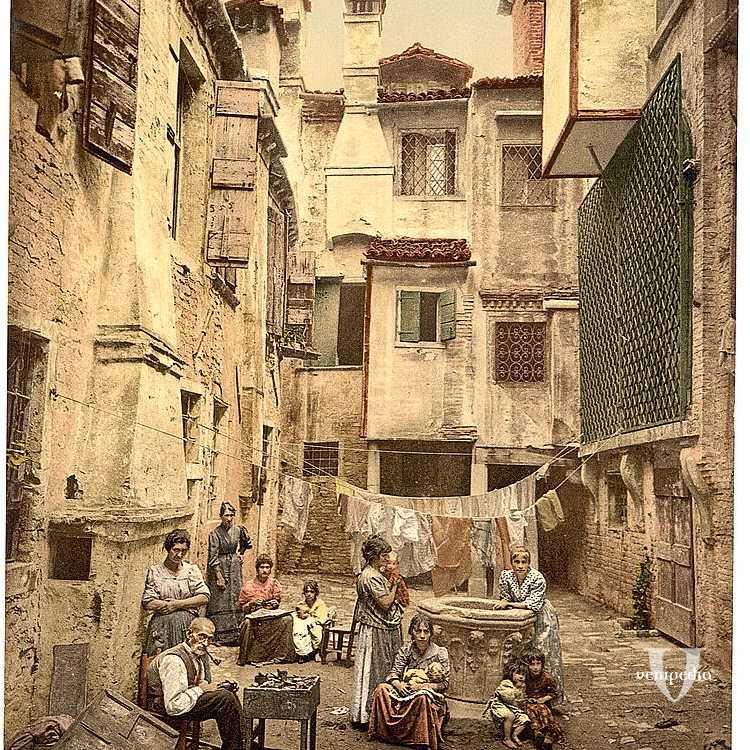 Un antico campiello veneziano fa da sceniaro ad un gruppo di donne e mamme, con bambini e un anziano (Library of Congress - Detroit Publishing Company).