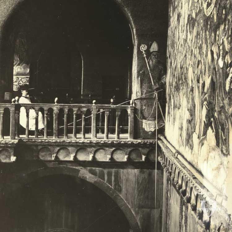 Singolare immagine dell'interno dela Basilica di San Marco, con un chierichetto sulla sinistra intento a osservare un mosaico (Brooklyn Museum).