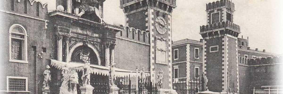 La Porta di terra dell'Arsenale fotografata dal campo omonimo.